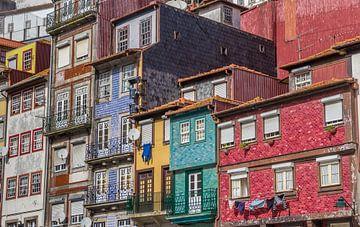 Kleurrijke huizen in het oude centrum van Porto, Portugal van Marc Venema