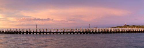 mooie wolken tijdens de  zonsondergang aan de pier van Nieuwpoort aan de belgische kust, Belgie