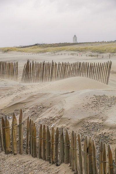 Strand met kerk op achtergrond van Dirk van Egmond