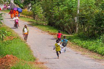 spelende kinderen in Laos van Jill De Neef