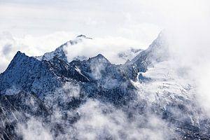 Hoge bergtoppen in de alpen omringd door wolken