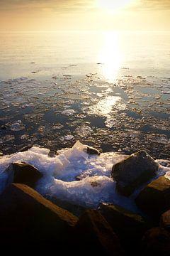 Zonsondergang over ijs meer van Jan Brons
