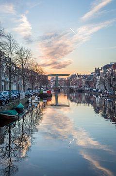 Oude Vest gracht in Leiden van Richard Steenvoorden