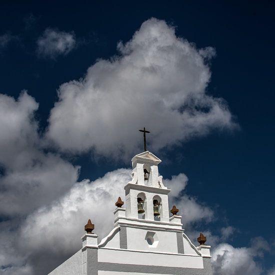 Historische kerkgevel met een contrastrijke wolken lucht.