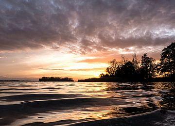 Golfjes op het Veluwemeer in de avond  van Anneriek de Jong