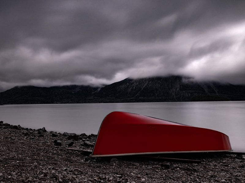 Rotes Boot am Walchensee von Andreas Müller