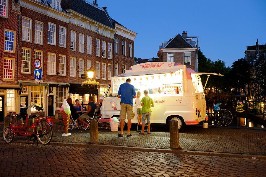 IJswagen op de Maartensbrug in Utrecht (2)
