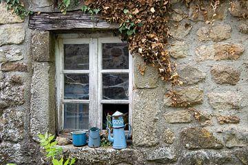Fenster mit blauen Töpfen von Henk Elshout