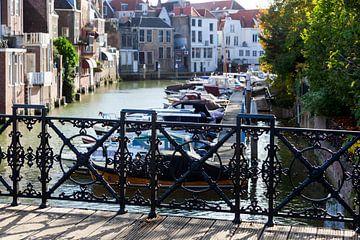 Gusseisen Zaun einer Brücke mit einem Hafen und Häuser im Hintergrund in Dordrecht von Peter de Kievith Fotografie