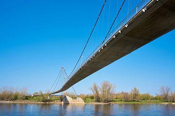 Die beliebte Hängebrücke Herrenkrugsteg über den Fluss Elbe bei Magdeburg von Heiko Kueverling