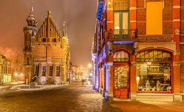 Jugendstil Bäckerei und altes Rathaus in Kampen während einer nebeligen Nacht von Sjoerd van der Wal