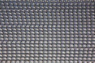 Viele Sitzbänke in einem Stadion