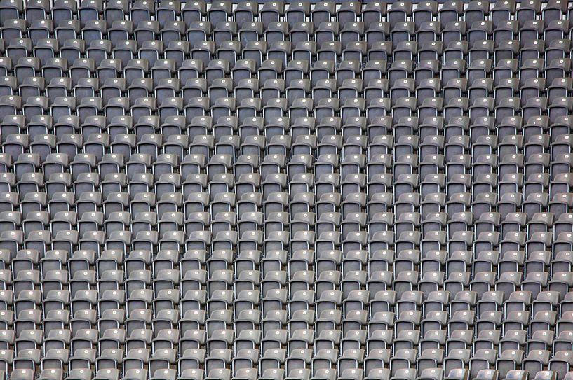 De nombreux bancs dans un stade sur Frank Herrmann