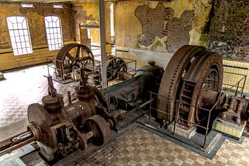 Maschine in einer alten, baufälligen Fabrik von SRF