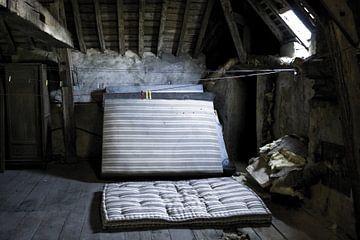 Foto auf einem Dachboden in einem Schloss in Frankreich. von Therese Brals