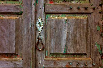 vieille porte en bois patinée par les intempéries sur Jürgen Wiesler