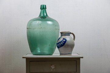 Stilleven met Keuls aardewerk en groene waterfles.