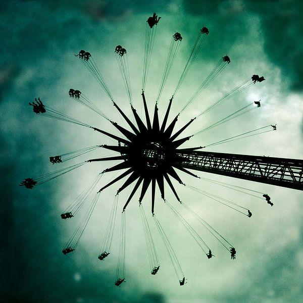 Zweefmolen met bewolkte lucht
