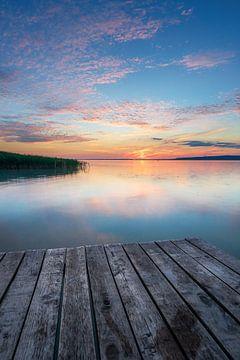 Farbiger Sonnenuntergang am Plattensee Balaton auf der Südseite des See mit Angelplatform