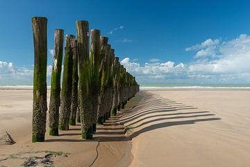 Wellenbrecher auf der sonnigen Opalküste in Frankreich von Gerry van Roosmalen
