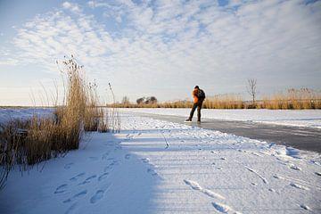 Landschap in Friesland met schaatser von Elisabeth Fotografie