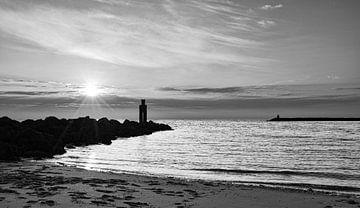 Strand Nordsee bei Sonnenuntergang in Schwarz-Weiß von Marjolein van Middelkoop