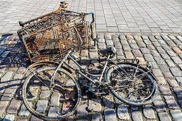 Un vélo rouillé et sale récupéré dans un plan d'eau