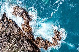 Luchtfoto van rotsen aan de kust
