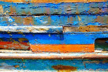 Oude beschadigde verf op een in de haven gestrande laars van Sjoerd van der Wal