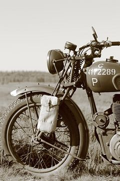 Tweede wereld oorlog BSA motorfiets zwart wit sepia kleur van Bobsphotography