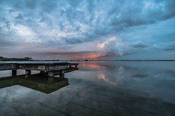 zonsondergang aan de reeuwijkse plassen. von Koen Lourier