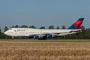 Boeing 747-400 van Delta Airlines is zojuist geland op de Polderbaan en taxiet hier via taxibaan Vic