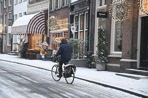 Fietser in sneeuw van Pauline Bergsma