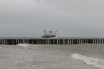 vissersboot op zee van Frans Versteden
