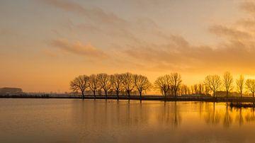 Zonsondergang bij een meer van Ruud Morijn