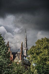 De Bonifatiustoren van Leeuwarden in de avondzon