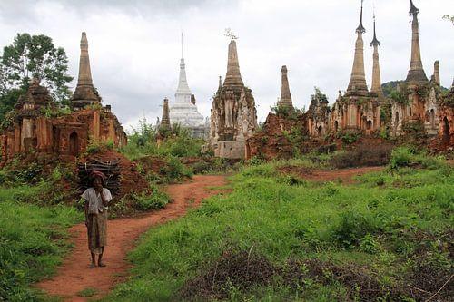 Oude vrouw in Myanmar