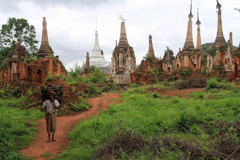 Oude vrouw in Myanmar van Gert-Jan Siesling