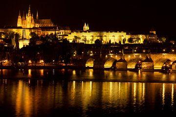 Praag by night, zicht op de Praagse burcht - Prague by night van Sabine De Gaspari
