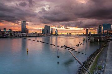 Dreigende luchten boven Rotterdam van
