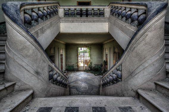 Traphal in verlaten weeshuis van Steve Mestdagh