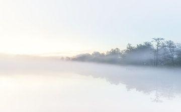 Mistige zonsopkomst bij het water (Nederland) van Marcel Kerdijk