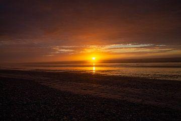 Sonnenuntergang am Strand und die Sonne knapp über dem Horizont von Marco Leeggangers