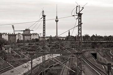 Blick vom S-Bahnhof Bornholmer-Strasse zum Berliner Fernsehturm  von Silva Wischeropp
