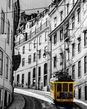 Gele tram in centrum van Lissabon van Kim de Been