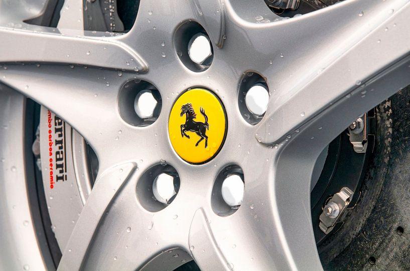 Ferrari wiel op een Ferrari FF Gran Turismo sportwagen van Sjoerd van der Wal