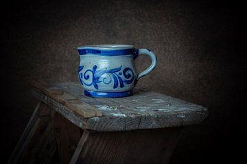 Delfter blauer Krug auf hölzerner Malerleiter. von Manon Moller Fotografie