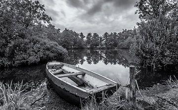 Eenzame boot in zwart/wit van
