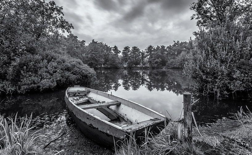 Eenzame boot in zwart/wit van Martijn van Dellen