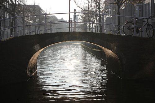 Delft, fiets op brug van Kolk naar Voorstraat in Delft